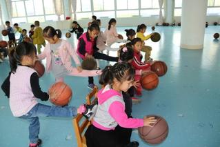 玩转篮球和椅子